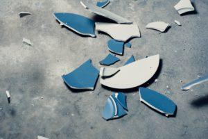 Tallerken ligger smadret på gulvet