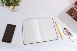 Blank notesbog på skrivebord